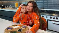 Tingkah Gemas Stormi Saat Buat Kue Halloween Bersama Sang Ibu, Kylie Jenner (dok. Instagram @Kyliejenner)