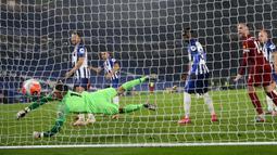 Kiper Brighton & Hove Albion Mathew Ryan gagal mengamankan gawangnya dari gol yang dicetak striker Liverpool, Mohamed Salah pada lanjutan pertandingan Liga Inggris di Stadion Falmer, Kamis (9/7/2020) dini hari WIB. Liverpool berhasil kalahkan Brighton dengan skor 3-1. (AP Photo/Catherine Ivill,Pool)