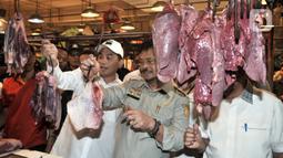 Menteri Perdagangan Agus Suparmanto (tengah) dan Menteri Pertanian Syahrul Yasin Limpo (kiri) memeriksa daging saat inspeksi mendadak (sidak) ke Pasar Senen, Jakarta, Senin (3/2/2020). Sidak dilakukan untuk memantau harga bahan pokok yang dijual pedagang. (merdeka.com/Iqbal Nugroho)