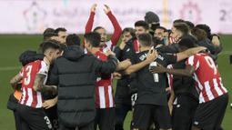 Pemain Athletic Bilbao merayakan keberhasilan tembus ke final Piala Super Spanyol usai mengalahkan Real Madrid 2-1 di Estadio La Rosaleda, Jumat (15/1/2021). Athletic Bilbao akan berhadapan dengan Barcelona di laga final nanti. (AFP/Jorge Guerrero)
