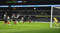 Penaim Tottenham Hotspur Moussa Sissoko (ketiga dari kiri) mencetak gol ke gawang Brentford pada pertandingan semifinal Piala Liga Inggris di Tottenham Hotspur Stadium, London, Inggris, Selasa (5/1/2021). Tottenham Hotspur menang 2-0. (Glyn Kirk/Pool via AP)