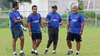 Pelatih Rahmad Darmawan saat berkoordinasi dengan ketiga asistennya (Kurnia Sandy, Rasiman, dan Satia Bagdja) saat latihan T-Team di Lapangan Gong Badak, Kuala Terengganu, Malaysia, Selasa (26/01/2016). (Bola.com/Nicklas Hanoatubun)