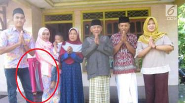 Sebuah penampakan tertangkap kamera pada sebuah foto keluarga.