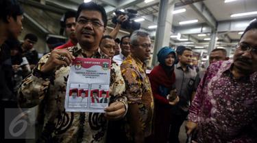 Ketua KPU Juri Ardiantoro menunjukkan surat suara pilkada wilayah Banten di percetakan PT Dian Rakyat, Pulo Gadung, Jakarta, Rabu (22/1). Sebanyak 7,9 juta kertas suara mulai dicetak dengan proses cetak selama empat hari. (Liputan6.com/Faizal Fanani)