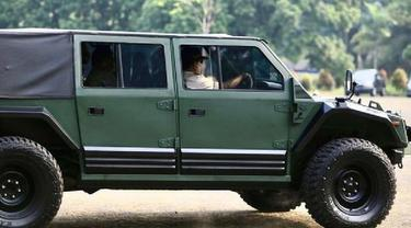 Prabowo mencoba kendaraan Rantis 4X4 yang diberi nama Maung.