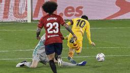 Kiper Osasuna, Sergio Herrera (kiri) berusaha menghadang laju striker Barcelona, Lionel Messi dalam laga lanjutan Liga Spanyol 2020/21 pekan ke-26 di El Sadar Stadium, Pamplona, Sabtu (6/3/2021). Osasuna kalah 0-2 dari Barcelona. (AP/Alvaro Barrientos)