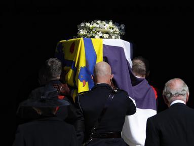 Peti mati Pangeran Philip dari Inggris dibawa ke dalam St. George's Chapel saat prosesi pemakamannya di dalam Kastil Windsor di Windsor, Inggris, Sabtu (17/4/2021). Pemakaman berlangsung dengan sederhana dan khidmat.  (Kirsty Wigglesworth/Pool via AP)