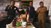 Fitra (kiri) menjelaskan proses coffee cupping. (Liputan6.com/Abdi Susanto)
