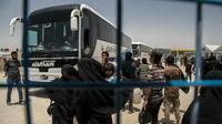 Perempuan dan anak-anak keluarga militan ISIS bersiap meninggalkan kamp penampungan al-Hol di Provinsi Hasakeh, Suriah, Senin (3/6/2019). Para perempuan dan anak-anak dibebaskan menggunakan bus dan truk. (AP Photo/Baderkhan Ahmad)