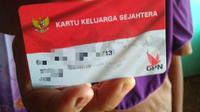 Salah satu KPM di Blora menunjukkan KKS miliknya. (Liputan6.com/Ahmad Adirin)