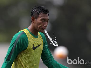 Hansamu Yama membuang air lewat mulutnya pada sesi latihan Timnas U-22 Indonesia di Lapangan SPH, Karawaci, Jumat (17/3/2017). Latihan ini adalah persiapan untuk melawan Mynmar pada laga persahabatan. (Bola.com/Nicklas Hanoatubun)
