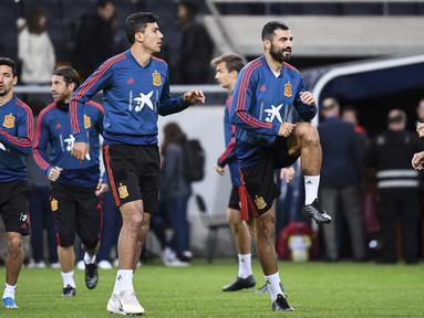 Para pemain Spanyol melakukan pemanasan saat mengikuti sesi latihan tim di Solna, Swedia (14/10/2019). Spanyol akan bertanding melawan Swedia pada Grup F Kualifikasi Piala Eropa 2020 di Stadion Friends Arena. (AFP Photo/Jonathan Nackstrand)