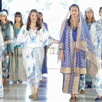 Sejumlah model memeragakan busana rancangan desainer Ghea Panggabean saat tampil dalam acara budaya perempuan Supreme Indonesia di Silang Monas, Jakarta, Selasa (31/7). (Foto: Liputan6.com/ Faizal Fanani)