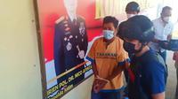 Pelaku ketika dibawa ke Polres Tuban. (Liputan6.com/Ahmad Adirin)
