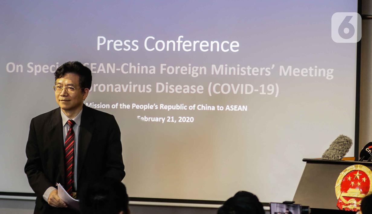 Duta Besar China untuk ASEAN, Deng Xijun memberikan keterangan terkait perkembangan virus corona COVID-19 saat Media Briefing di Jakarta, Jumat (21/2/2020). Pada kesempatan itu, Deng Xijun berharap ASEAN saling bekerja sama untuk menangani virus corona COVID-19. (Liputan6.com/Faizal Fanani)
