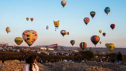 Sejumlah balon udara menghiasi langit di Cajititlan, Meksiko, Minggu (7/5).  Festival balon udara ini menjadi tontonan menarik bagi warga sekitar dan wisatawan. (AFP PHOTO / Hector Guerrero)