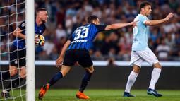 Pemain Inter Milan, Danilo D'Ambrosio (tengah) merayakan gol ke gawang Lazio pada laga terakhir Serie A 2017-2018  di Stadion Olimpico, Senin (21/5). Inter Milan sukses merebut tiket Liga Champions musim depan. (Angelo Carconi/ANSA via AP)