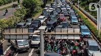 Kendaraan terjebak kemacetan saat penyekatan kendaraan di Jalan Pemuda, Jakarta Selatan, Kamis (15/7/2021). PPKM darurat, Polda Metro Jaya menambahkan penyekatan 100 titik di Jakarta dan sekitarnya pada hari ini hingga mengakibatkan kemacetan parah di ruas tersebut. (Liputan6.com/Johan Tallo)