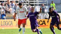 Cristiano Ronaldo berhadapan dengan Franck Ribery saat Juventus bertanding melawan Fiorentina. (AFP/Vincenzo Pinto)