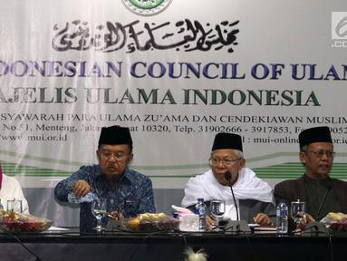 Wapres Jusuf Kalla (dua kiri) dan Menlu Retno Marsudi (kiri) memberi sambutan saat mengunjungi Majelis Ulama Indonesia (MUI) di Jakarta, Selasa (6/3). Pertemuan dalam rangka silaturahmi dan membicarakan perdamaian Afghanistan. (Liputan6.com/Angga Yuniar)