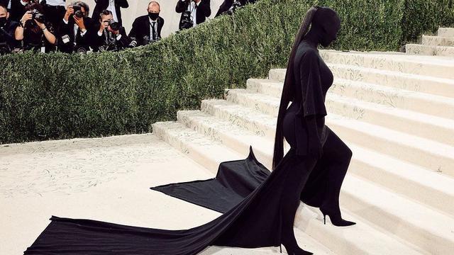 6 Potret Kim Kardashian Pakai Outfit hingga Tutupi Wajah, Tak Hanya di Met Gala