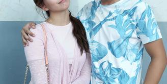 Dalam rangka merayakan Hari Ulang Tahun Indonesia yang ke-71, Cassandra Lee dan Randy Martin ikut lomba makan krupuk. (Nurwahyunan/Bintang.com)