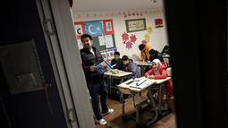Anak-anak Uighur mengikuti kegiatan belajar bahasa Inggris di sebuah sekolah di distrik Silivri, Istanbul, Turki (29/12/2019). Terdapat 107 anak di sekolah ini. Sebanyak 33 anak salah satu orang tuanya berada di kamp dan 7 anak kehilangan kedua orang tuanya. (AFP/Ozan Kose)