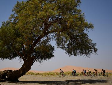 Pebalap Sepeda Gunung Lintasi Gurun Pasir Maroko