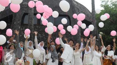 Sejumlah balon dilepaskan saat pesta pernikahan Vokalis band Seventeen Ifan dan Dylan Sahara di kawasan Ancol, Jakarta, Rabu (2/11). Ifan akhirnya resmi melepas status duda dengan selisih 10 tahun. (Liputan6.com/Herman Zakharia)