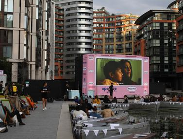Bioskop Apung Perdana di London Hibur Warga