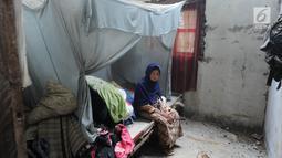 Warga terduduk di kasur kamar yang rusak setelah gempa mengguncang Mandalawangi, Pandeglang, Banten, Sabtu (3/8/2019). Gempa Banten terjadi pada Jumat, 2 Agustus 2019, pukul 19.03 WIB. (merdeka.com/Arie Basuki)
