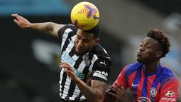 Jamaal Lascelles. Bek tengah berusia 27 tahun ini mulai menjabat kapten tim Newcastle United sejak 2016/2017 menggantikan Fabricio Coloccini yang hengkang saat The Magpies terdegradasi. Kepemimpinannya langsung membawa Newcastle promosi di musim berikutnya. (Foto: AFP/Pool/Lee Smith)
