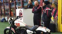 Mantan kiper AC Milan, Christian Abbiati, melelang motor miliknya yang berhias logo dan nomor motor mendiang Marco Simoncelli dan hasilnya didonasikan untuk Yayasan Simoncelli pada 18 Januari 2015. (Bola.com/Twitter/acmilan)