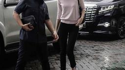 Renata Kusmanto didampingi pengacara Sandy Arifin tiba di Kejaksaan Negeri Jakarta Selatan, Kamis (19/4). Renata Kusmanto yang mendampingi suaminya, Fachri Albar tak berkomentar apapun kepada awak media. (Liputan6.com/Faizal Fanani)