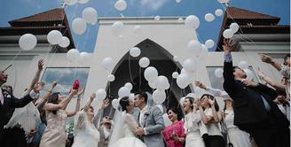 Pemeran film dan sinetron Dion Wiyoko resmi melepas masa lajangnya. Janji suci pernikahannya dengan Fiona Anthony berlangsung khidmat di Bali pada Jumat (1/9). (Instagram/dionfiona)