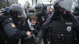 Petugas polisi menahan seorang pria selama protes terhadap pemenjaraan pemimpin oposisi Alexei Navalny di Moskow, Rusia, Sabtu (23/1/2021). 795 penangkapan dilakukan di ibu kota Moskow. (AP Photo/Pavel Golovkin)