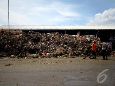 Sampah yang menggunung di Pasar Kramat Jati, Jakarta, Kamis (8/1/2015). (Liputan6.com/Faizal Fanani)