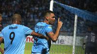 Selebrasi Wallace Costa Alves saat Persela menang 4-1 atas PSMS di Stadion Surajaya, Lamongan, Minggu (29/4/2018). (Bola.com/Aditya Wany)