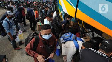 FOTO: Jelang Larangan Mudik, Terminal Bayangan Dipadati Pemudik