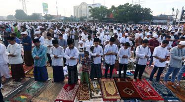 Umat muslim melaksanakan Salat Idul Fitri di kawasan Senen, Minggu (25/6). Sebagian besar umat muslim merayakan Idul Fitri 1438 H pada Minggu (25/6) berdasarkan ketetapan pemerintah tentang 1 Syawal melalui sidang Isbat. (Liputan6.com/Johan Tallo)
