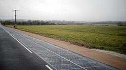 Suasana jalan raya berpanel surya di Tourouvre, Normandia (22/12). Prancis mengklaim ini merupakan jalan raya pertama dengan panel surya pertama di dunia. (Reuters/Benoit Tessier)