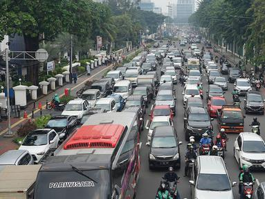 Sejumlah kendaraan terjebak kemacetan di sekitar lokasi pengalihan arus lalu lintas di Jalan Medan Merdeka Timur, Jakarta, Jumat (14/6/2019). Pengalihan arus dilakukan di sejumlah titik menuju Gedung Mahkamah Konstitusi terkait sidang perdana sengketa Pilpres 2019. (Liputan6.com/Immanuel Antonius)