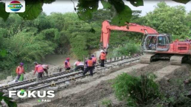 Perbaikan rel kereta yang longsor di Grobogan, dikebut oleh puluhan pekerja sehingga perjalanan kereta sudah kembali lancar.