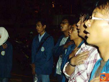 Citizen6, Surabaya: Forum Advokasi Mahasiswa (FAM) Universitas Airlangga mengadakan malam peringatan 41 tahun kekuasaan (Haul) Bung Karno dengan merefleksikan semangat anti kolonialisme, Selasa (21/6). (Pengirim: Nias Stovit)