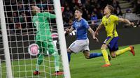 Kiper Swedia, Robin Olsen dan pemain italia, Andrea Belotti berada di depan gawang saat laga leg kedua playoff Piala Dunia 2018 melawan Italia, di Stadion San Siro, Selasa (14/11). Swedia lolos ke Rusia 2018 berkat keunggulan agregat 1-0. (AP/Luca Bruno)