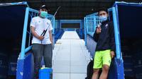 Dua anggota tim medis Arema FC memegang thermogun dan penyemprot disinfektan yang harus dihadapi para pemain Singo Edan sebelum memulai latihan perdana, Senin (3/8/2020) (Bola.com/Iwan Setiawan)