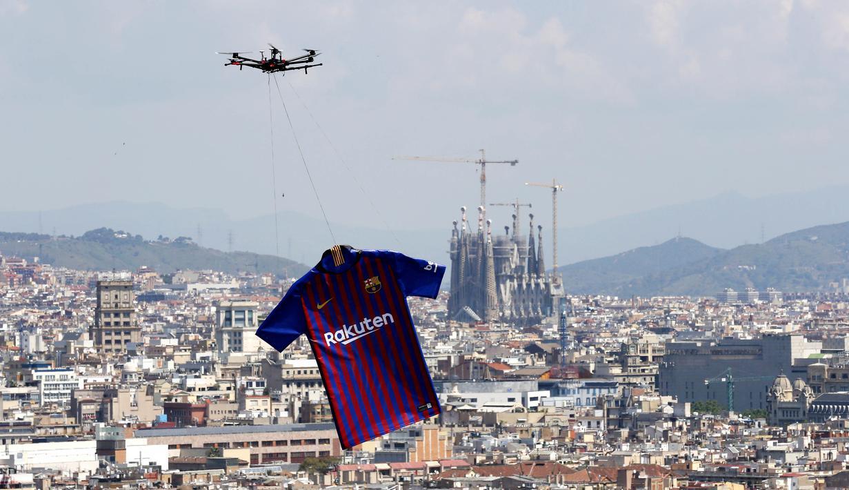 Jersey Barcelona yang baru saat diperkenalkan lewat udara dengan menggunakan drone di Kota Barcelona, Spanyol (19/5/2018). Jersey tersebut akan digunakan tim Catalan untuk mengarungi musim 2018-2019. (AP/Manu Fernandez)