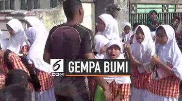 Gempa berkekuatan magnitudo 6,8 kejutkan warga Ambon Maluku Kamis (26/9/2019) pagi. Sejumlah guru dan murid berhamburan ke luar kelas saat gempa guncang bangunan sekolah.
