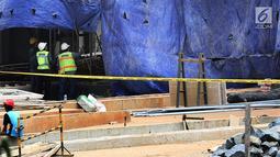Petugas melihat bangunan proyek Apartemen Pakubuwono Spring 3 yang ambruk di Jalan Teuku Cut Nyak Arief, Jakarta, Rabu (27/12). Akibat insiden ini, tiga orang tewas. (Liputan6.com/JohanTallo)
