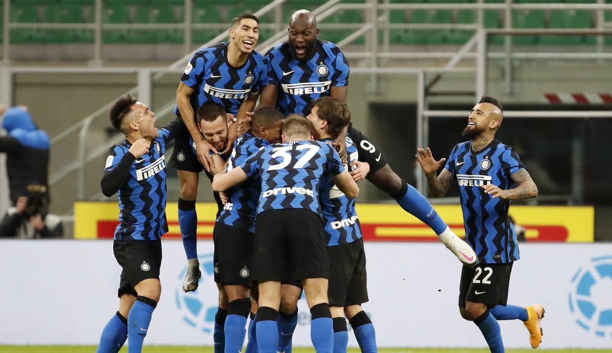 Para pemain Inter Milan merayakan gol yang dicetak oleh Christian Eriksen ke gawang AC Milan pada laga perempat final Coppa Italia di Giuseppe Meazza, Selasa (26/1/2021). Inter Milan menang dengan skor 2-1. (AP/Antonio Calanni)